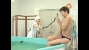 Голи и смешни - Змия във ваната