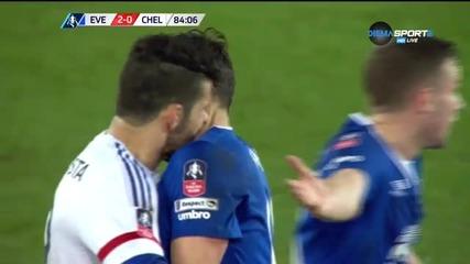 """""""Вампирът"""" Диего Коста отнесе червен картон"""
