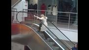 Тъпа блондинка на ескалатор