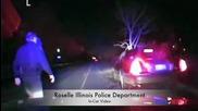 Пиян шофьор се движи с огромно дърво, стърчащо от колата му