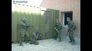 Войник от Спецназ се излага • С Чук удря,с крак Разбива