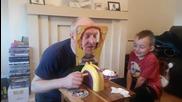 Баща и син играят на една много забавна игра
