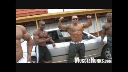 Телохранители показват мускули