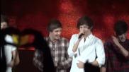Лиъм и Зейн разкъсват ризата на Хари по време на концерт