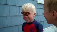 Реакцията на малчуган когато пеперуда каца на лицето му!