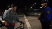 Щатски полицай в акция светлина специално за велосипедисти!