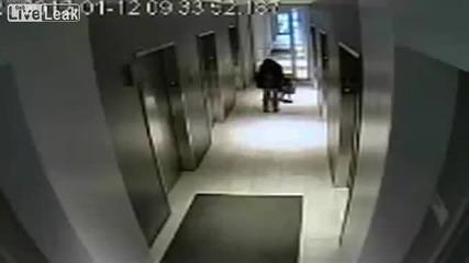 Човек в асаньор оставя кучето си отвън с каишката