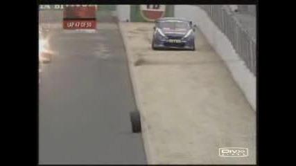 Колело От Кола Се Паркира В/у Гуми