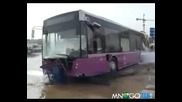 Автобус срещу пожарен кран