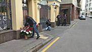 Хора полагат цветя пред гръцкото посолство в Москва