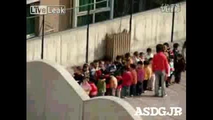 Учителка пребива от бой децата в двора на училището