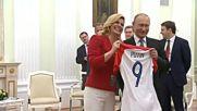 Президентът на Хърватия подари специална фланелка на Путин