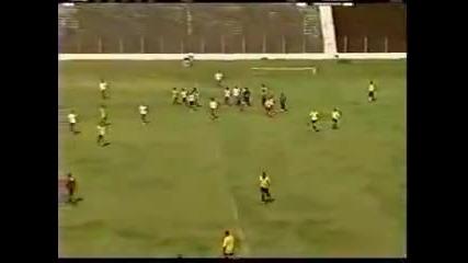 Рефер удря футболист по време на мач и след това трябва да бяга за живота си.