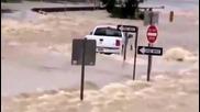Глупак с пикап се помисли за велик в наводнение