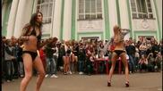 две готини момичета танцуват яко на студа