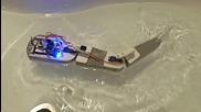 Риба-робот плува във вана и се управлява чрез дистанционно от телевизор