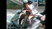 Еротично - секси мотоскутер на светофара