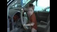 Много сладък малчуган, от малък знае!
