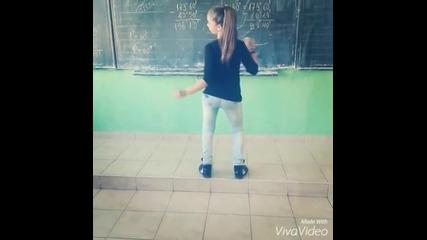 Ученичка играе здрав кючек в час по математика!