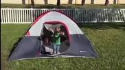 Деца излизат от палатка и падат едно по едно