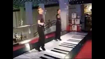 Най - Голямото Пиано Във Света