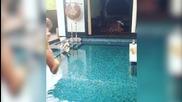 Гери-никол гола! Момиче като мен, голо скача в басейн!