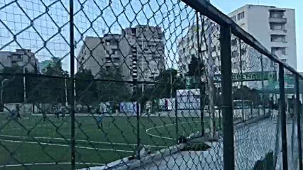 Футболна врата се срути върху главата на дете