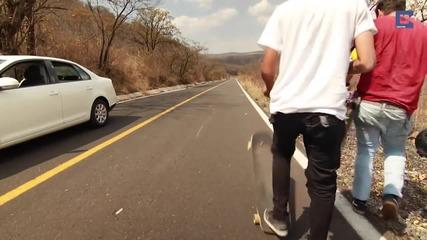 Скейтбордист забожда глава под насрещно движеща се кола