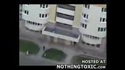 Човек Скача От Сграда ! +18