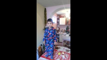 Три годишен пее Химна