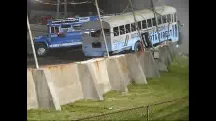 Автобус се врязва в публиката по време на състезание.