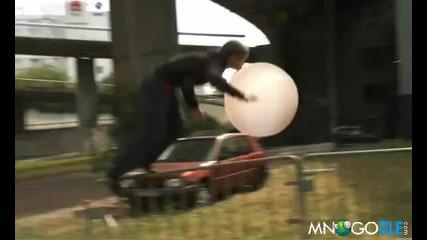 Смях!! Летене с балонче от дъвка с хелий