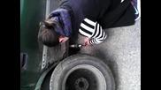 Смяна на грешната гума от момиче - пълната версия!