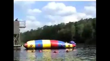 Дебело хлапе скача и изпраща малко момиченце 50 фута във въздуха