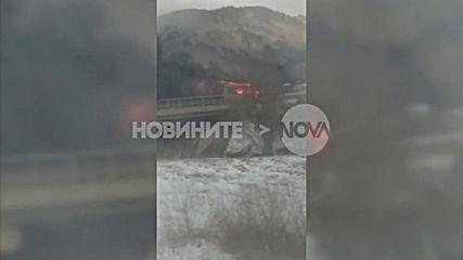 Автобус гори на магистралата при Правец
