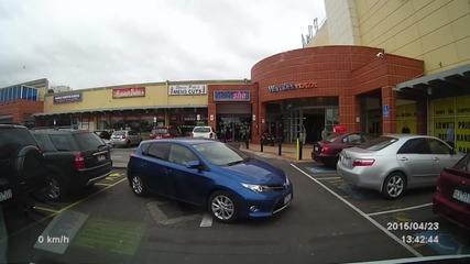 Жена прави възможно най-трудното паркиране