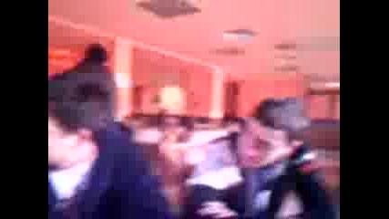 Дърт циганин проси цигари от момичета - ресторант Каприз - Враца