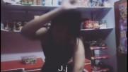 Gitana bailando en la tienda