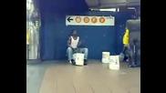 Луд уличен барабанист