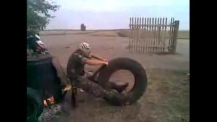 !!смешно!! Руснак си мисли, че кара мотор