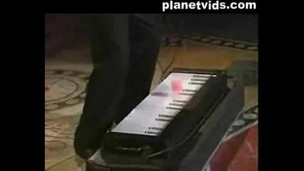 Mъж Свири На Пиано С Топчета