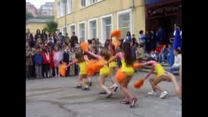 Дребни Танцуват
