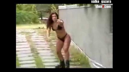 +18 Красива девойка кара ролери почти без дрехи ) !!!