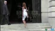 Захия Дехар и нейната супер тясна рокля и стълбите