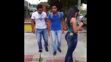 Хитър начин да пипнеш дупето на мацка