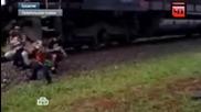 Влак бутна семейство , докато си правят селфи