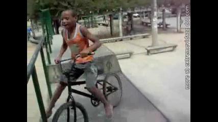 Смях дете се пребива с колело