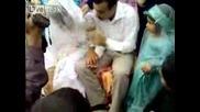 Ужас!!! по време на сватба младоженеца удря булката в устата Fail