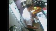 Камери заснемат много тих и дързък обирджия в закусвалня!