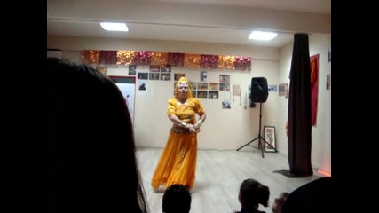 незряща танцьорка изпълнява индийски танц